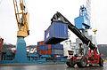 Containeromlasting i Orkanger havn (7093120389).jpg