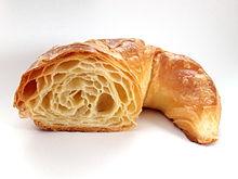 Sezione di un croissant con ben visibile l'alveolatura della pasta sfoglia