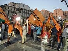 Attivisti del DIKKI ad una manifestazione a sostegno di SYRIZA, nel 2007