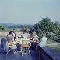 De familie Kreisselmeier op een terras met links Hildegard van de Poll-Eschen, Bestanddeelnr 254-4942.jpg