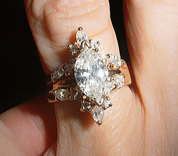 English: An 18kgold banded engagement-wedding-...