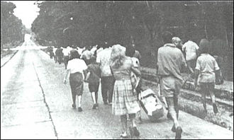 Simba rebellion - Refugees move towards the airfield for evacuation