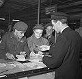 Ds. P.H. Meerburg met Korea-vrijwilligers van Schiphol naar Korea, Bestanddeelnr 904-4648.jpg