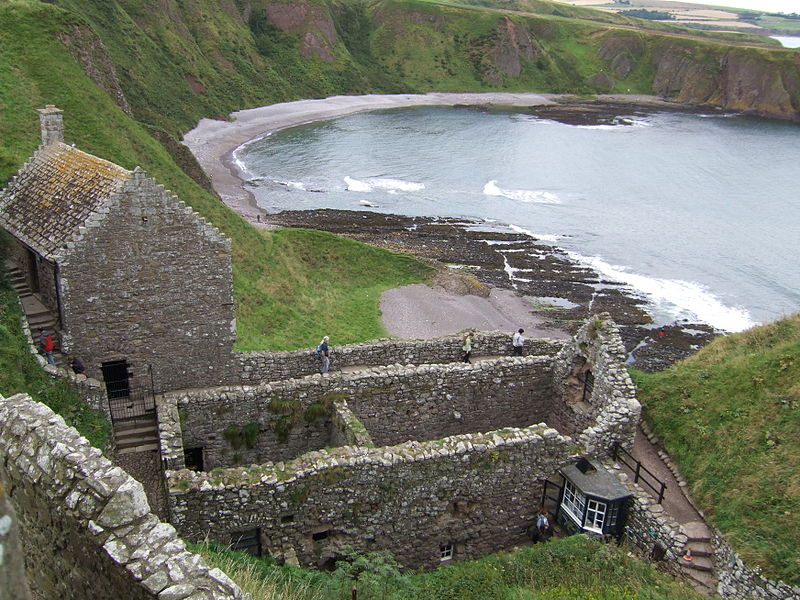 https://upload.wikimedia.org/wikipedia/commons/thumb/9/9b/Dunnottar_Castle_gatehouse.jpg/800px-Dunnottar_Castle_gatehouse.jpg