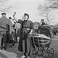 Een vrouw in Staphorst wuift naar de prins, Bestanddeelnr 900-2539.jpg