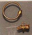 Epoca romana, orecchino e pendanglio con mano in gesto portafortuna, oro.jpg