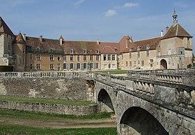 Le château d'Époisses vue depuis la cour d'honneur.