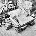 Exterieur, stukken en brokken van grafzerken voor de kerk - Amsterdam - 20002722 - RCE.jpg