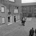 Fabrieksdirecteur Jan van Abbe (midden met hoge hoed) begroet man op binnenplaat, Bestanddeelnr 255-8542.jpg