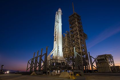 Falcon 9 and Dragon Vertical at Pad 39A (32945170225).jpg