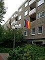 Flagge an einer Loggia in Hamburg-Steilshoop, Deutschland - panoramio.jpg