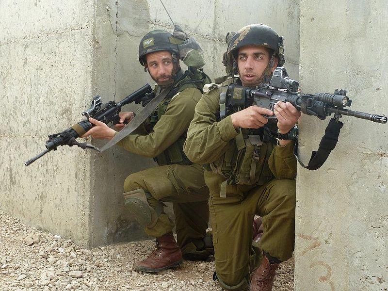 لواء Kfir الاسرائيلي .....חֲטִיבַת כְּפִיר 800px-Flickr_-_Israel_Defense_Forces_-_Kfir_Brigade_IDF_Officers_Practice_Urban_Warfare_%2814%29