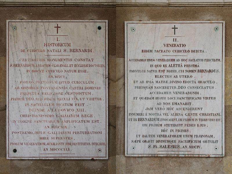Plaques I et II en latin pour le souvenir de Saint-Bernard sur la basilique de Fontaine-lès-Dijon