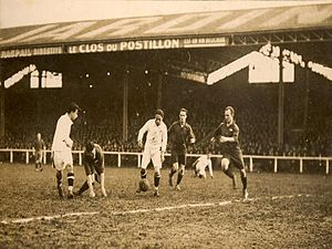 Club Athletico Paulistano - Arthur Friedenreich carrying the ball v. French club Stáde Français in 1925.