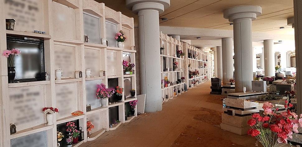 Ganei Ester cemetery - Wall graves