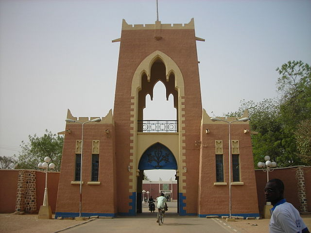 https://upload.wikimedia.org/wikipedia/commons/thumb/9/9b/Gate_to_the_Gidan_Rumfa_%282009%29_in_Kano%2C_Nigeria..jpg/640px-Gate_to_the_Gidan_Rumfa_%282009%29_in_Kano%2C_Nigeria..jpg