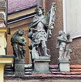 Grupa rzeźbiarska na kościele.JPG
