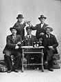 Gruppbild, ateljébild. Fem män skålar kring ett bord - Nordiska Museet - NMA.0057916.jpg