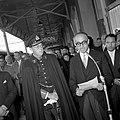 HUA-152937-Afbeelding van de ontvangst van de Argentijnse president Frondisi door Prins Bernhard op het NS station Baarn te Baarn.jpg