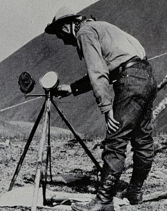 Heliograph - Fig. 1: Signaling with a Mance heliograph, 1910