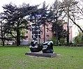 """Henry Moore """"Liegende Figur in zwei Teilen"""" 1969, im Hofgarten im Hintergrund die Oper an der Heinrich-Heine-Allee.jpg"""