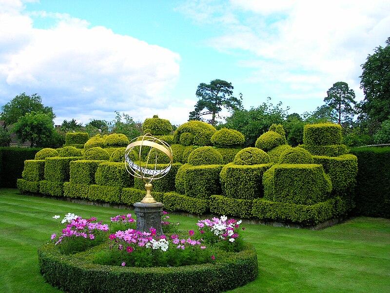 Dosiero:Hever Castle topiary chess set.JPG