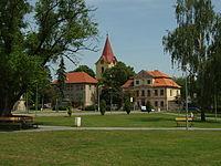 Hostivice, kostel, domy a park.JPG