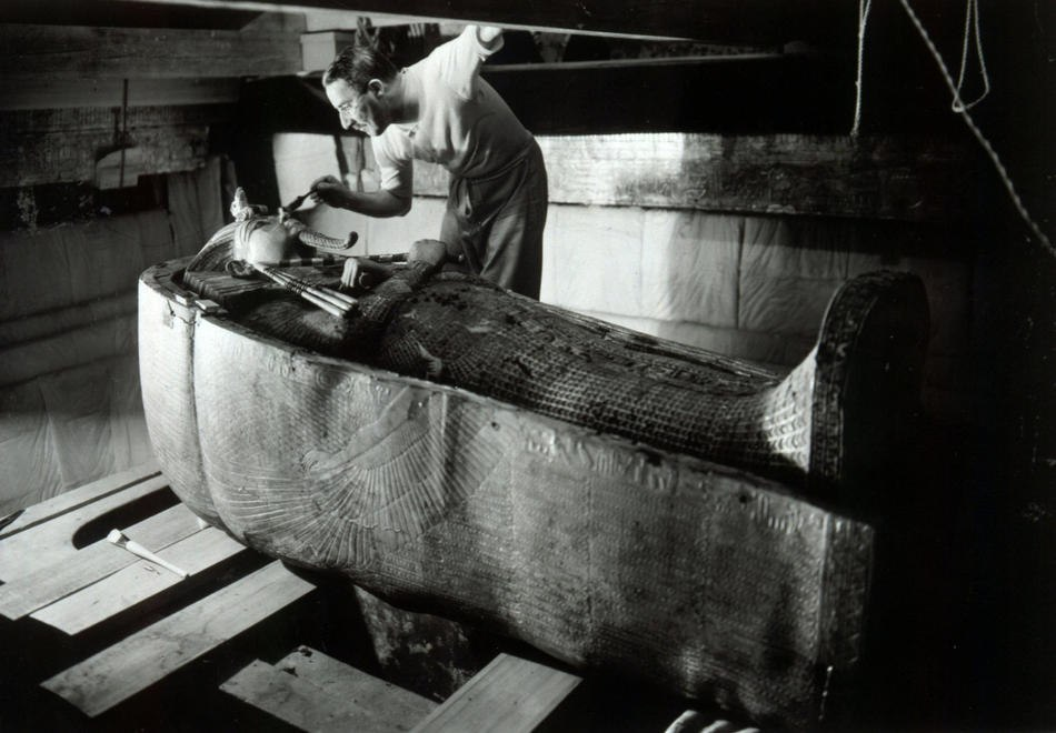 Howard Carter in the King Tutankhamen%27s tomb