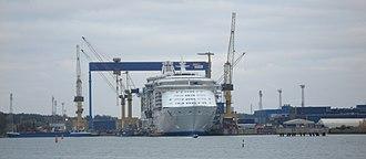 Perno shipyard - Image: Independence of the Seas, Aker Yardsin telakalla Raisiossa, 6.10.2007