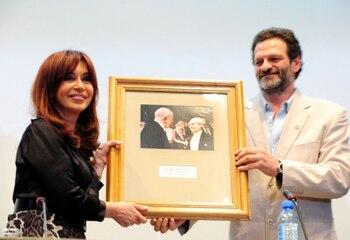 Español: Presidenta junto al el director de la...