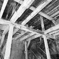 Interieur Turfmagazijn, de houtconstructie met daar boven een noodkap - Leiden - 20135320 - RCE.jpg