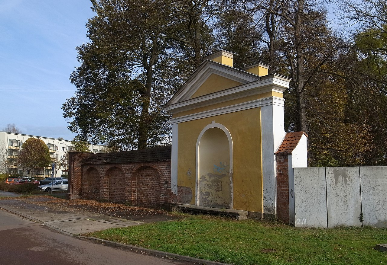 Jüdischer Friedhof (Dessau), Historischer Eingangsbereich 2014.jpg