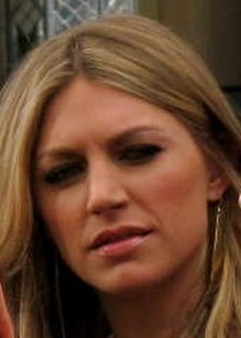 Jes Macallan - Wikiped...