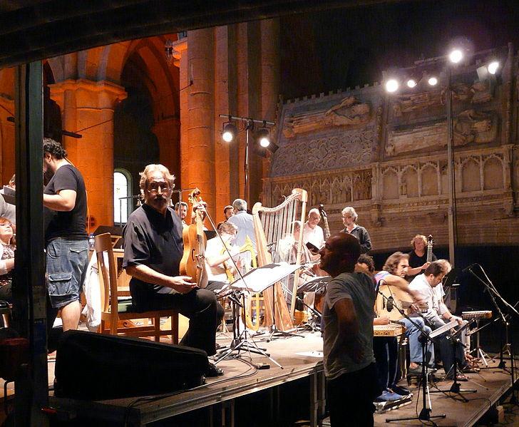 File:Jordi Savall i Hesperion XXI assajant a l'església del Monestir de Poblet P1250129ret.jpg