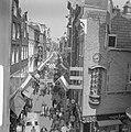 Kalverstraat vlagt in verband met Koninklijk feest, Bestanddeelnr 913-8016.jpg