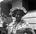 Kotomisi Pauline gekleed in feestkleding in rood, wit, blauw en met portretten v, Bestanddeelnr 252-5462.jpg