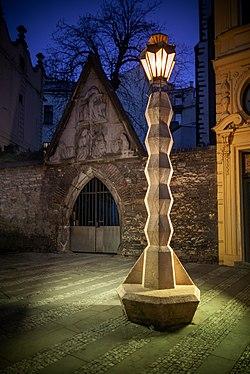 Kubistická lampa na Jugmanově náměstí.jpg