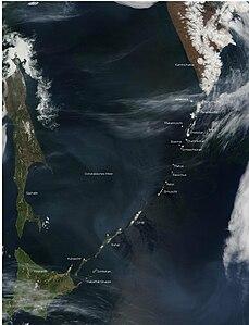 Die Kurilen, Sachalin (links), Hokkaidō (links unten) und Kamtschatka (rechts oben) (NASA-Satellitenfoto)