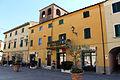 Lajatico, piazza principale, palazzo con altana.JPG