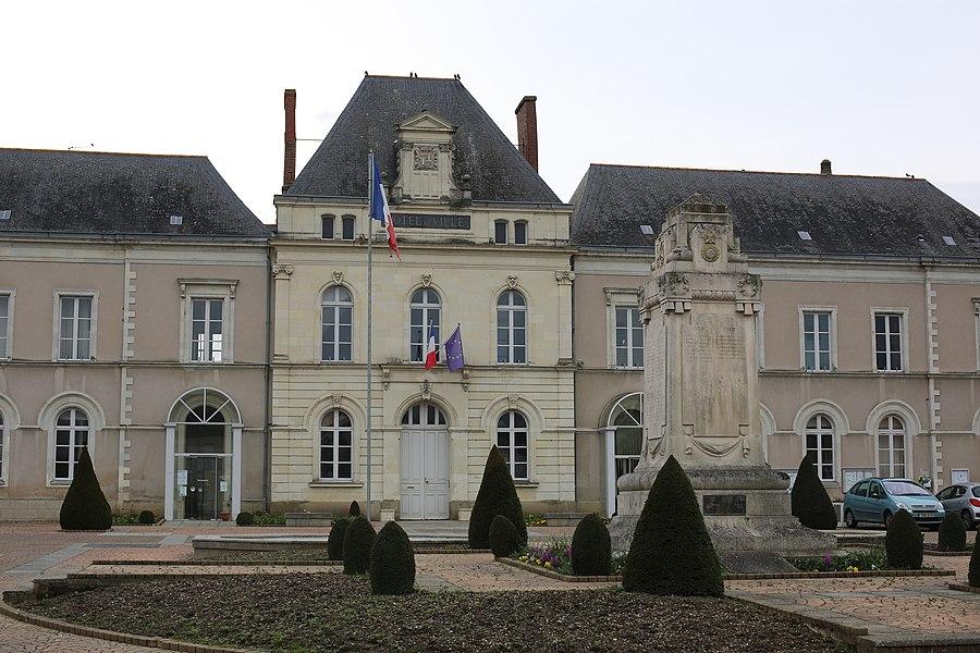 Hôtel de ville et monument aux morts du Lion-d'Angers.