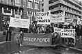 Leden Greenpeace en WNF bieden bij Noorse Ambassade in Den Haag petitie aan uit , Bestanddeelnr 931-3656.jpg