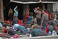 Lhasa-Jokhang-16-Pilger am Eingang-2014-gje.jpg
