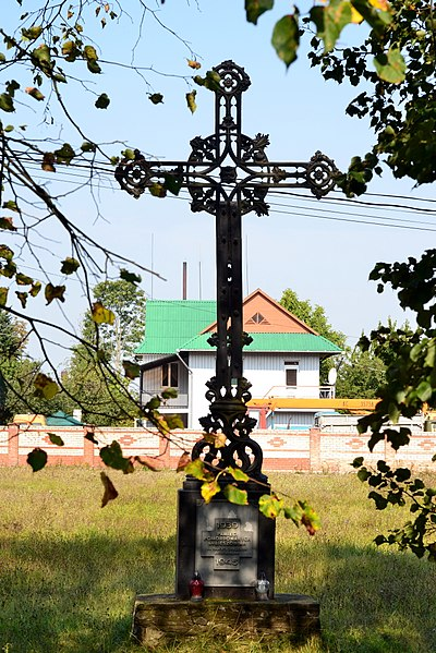 Файл:Liubeshiv Volynska-church and cells of the Capuchin monastery-cross dedicated to the destroyed inhabitants.jpg
