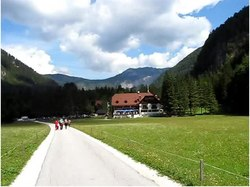 Bestand:Logar Valley Slovenia video (Logarska dolina).ogv