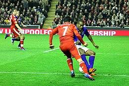 Luis Suárez en Liverpool-ilaro kolizias kun Sylvian Distin en Everton-ilaro.