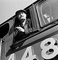 Machinist leunt uit het raam van de trein, Bestanddeelnr 254-3532.jpg