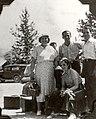 Madame Bolduc et sa troupe avec leurs valises pres de la voiture - 1937.jpg
