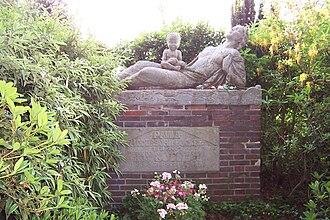 Zion Church (Worpswede) - Modersohn-Becker's grave sculpture by Bernhard Hoetger.