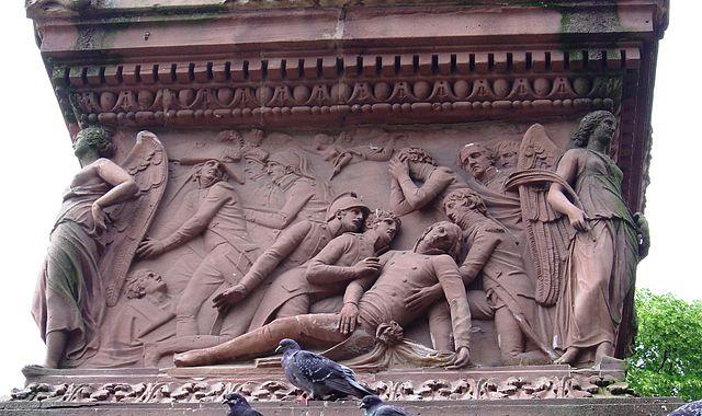 Muerte de Desaix. Relieve en la peana del monumento a Desaix en Estrasburgo. Fuente: Wikimedia Commons.