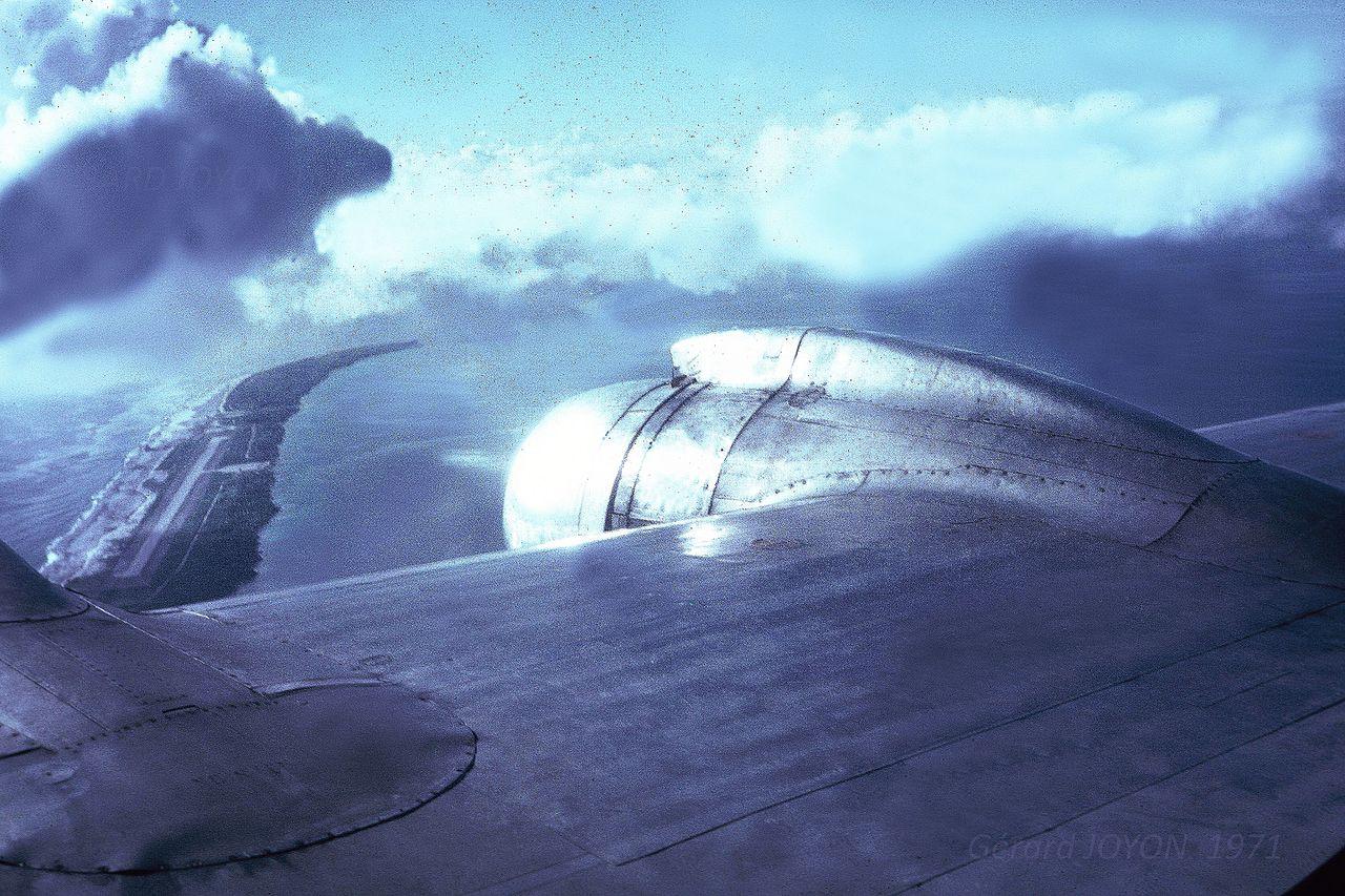 Moruroa 1971 DC6 Mission.jpg ANCIENNE PISTE NORD JUILLET 1971 HISTORIQUE ESSAIS GERARD JOYON.jpg